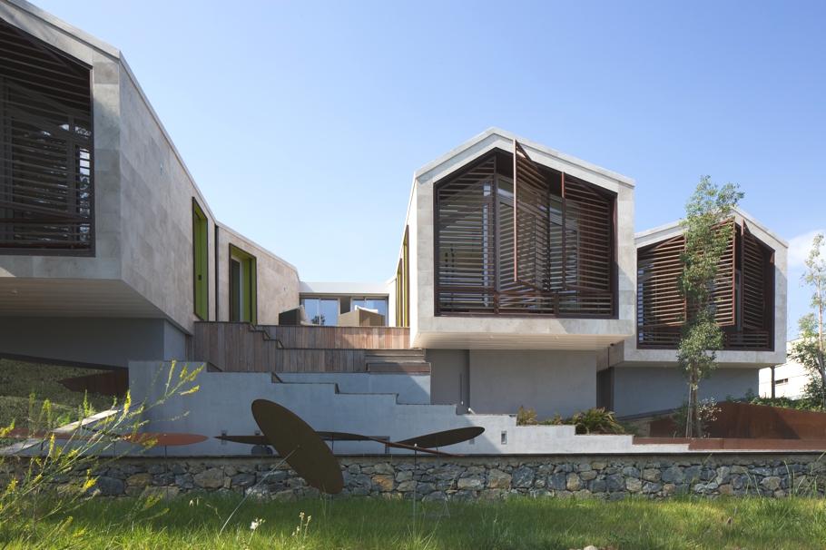 Дома на склоне с бассейном: необычный коттедж от NB Architectes