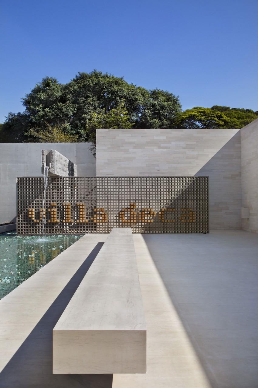 Декоративное оформление бассейнов: изящный водопад во дворе бразильской виллы