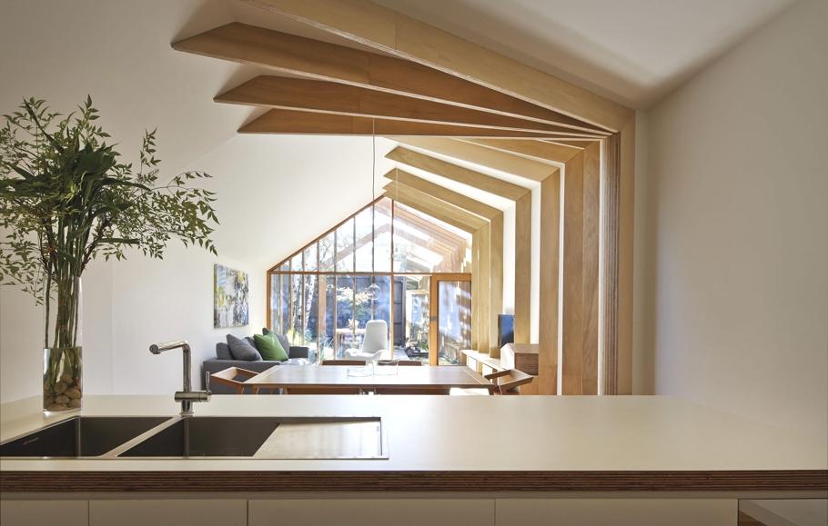 Оригинальный проект дома с необычной отделкой деревом