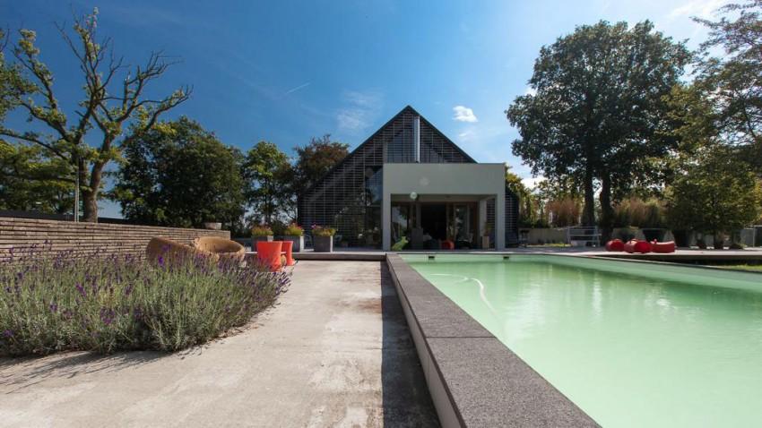 Стильный лофт-проект дома с бассейном из старого сарая