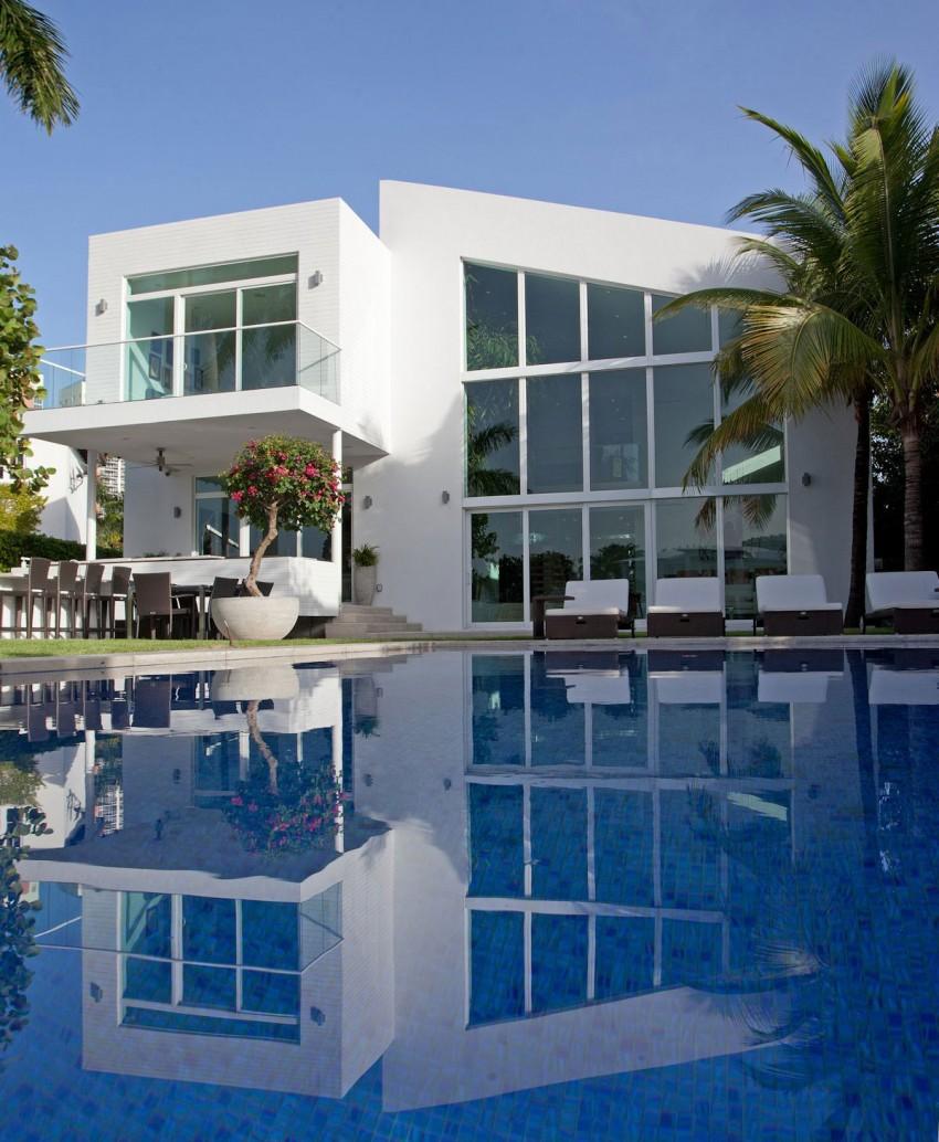 Минималистский проект белоснежного дома с бассейном