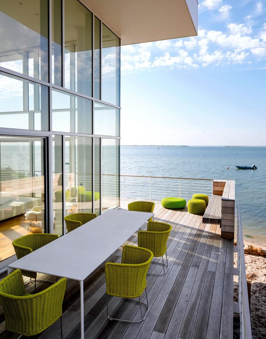 Дом у океана: окна во всю стену и светлый интерьер