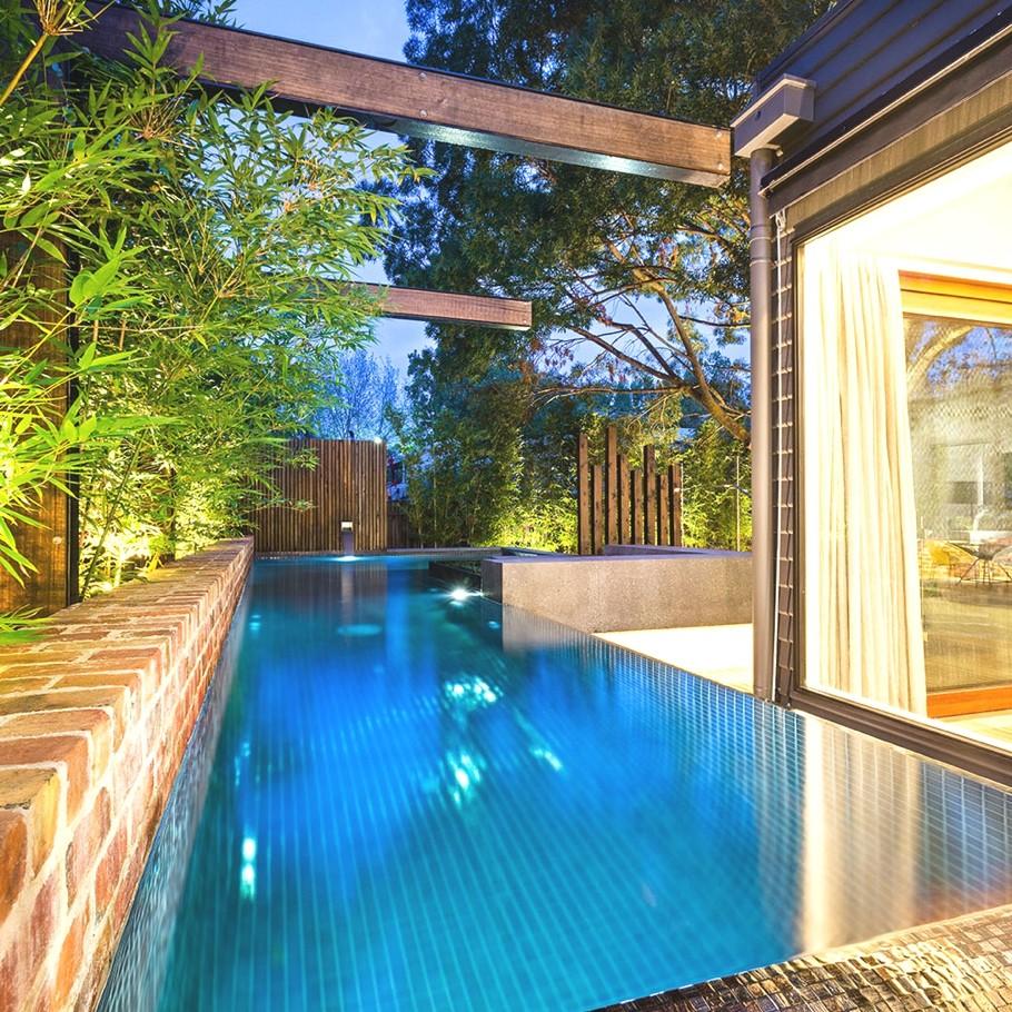 Роскошный дизайн внутреннего двора с бассейном