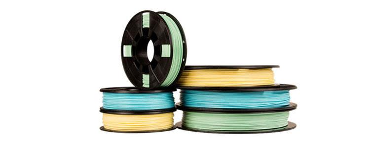 Красочные ленты в магазине MakerBot в Нью-Йорке