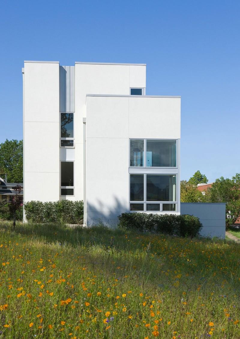 Красивый загородный дом в стиле функционализм