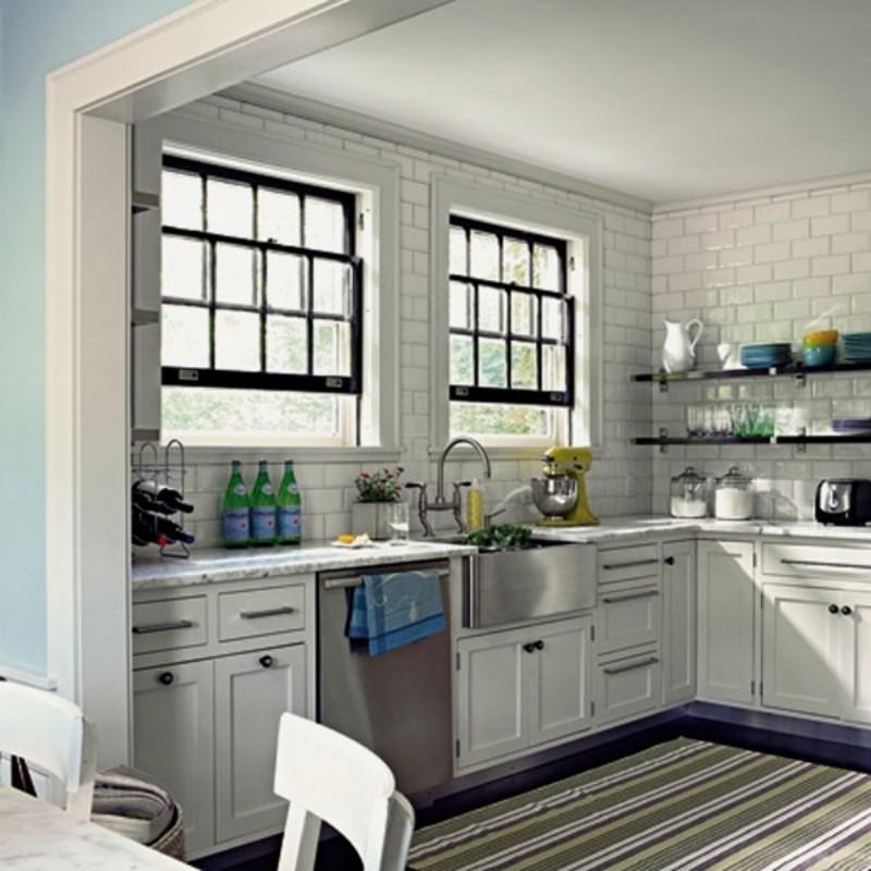 Белая плитка в интерьере на кухне фото