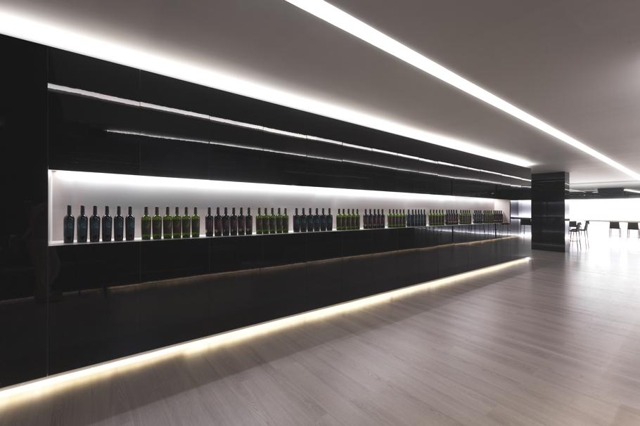 Аристократический интерьер магазина испанских вин