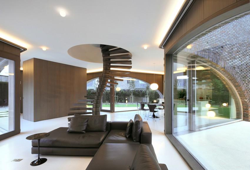 Красивый большой дом с изумительной архитектурой