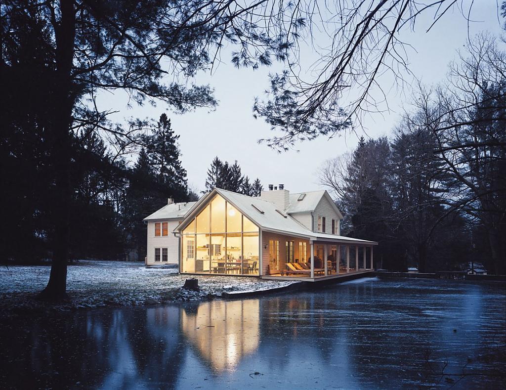 Красивые старые дома, обновлённые современными мастерами: The Floating Farmhouse у ручья