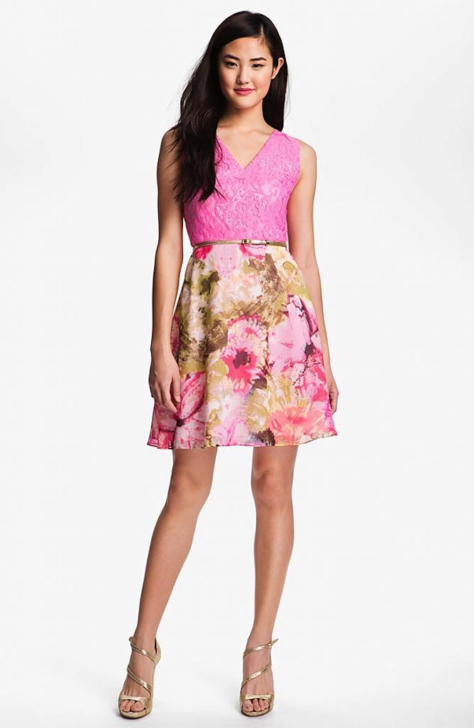 Яркое платье с цветочным принтом и кружевным верхом
