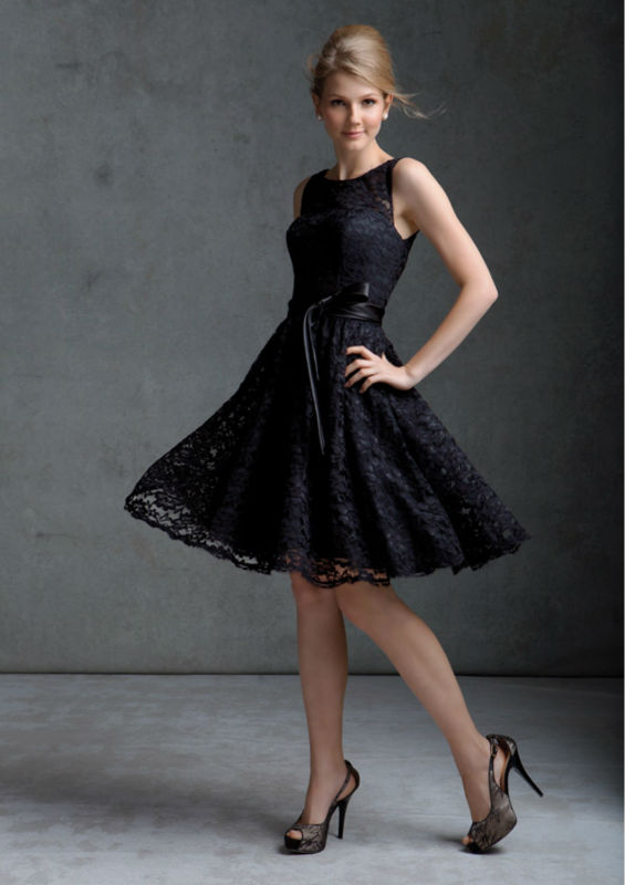 Красивое платье для подружки невесты в черной кружевной отделкой
