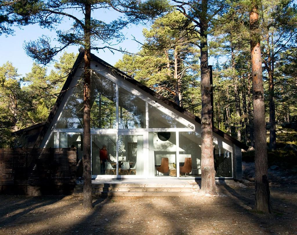 Домик в скандинавском стиле для отдыха в шведском лесу