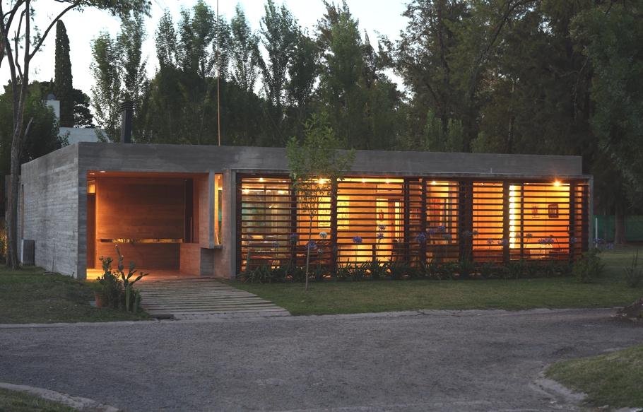 Малогабаритный дом с уютным интерьером в аргентинском лесу