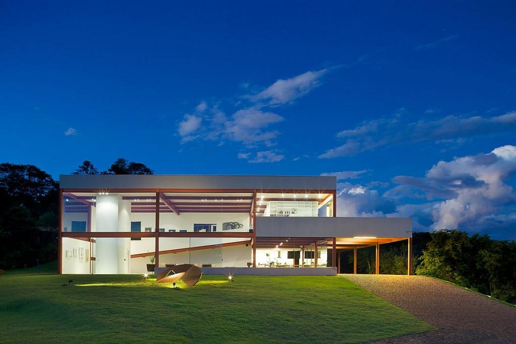 Проекты особняков с бассейном: комфортабельный роскошный дом в Бразилии