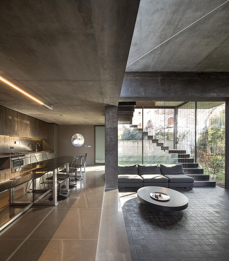 Простой дом: скромный экстерьер и современный интерьер с нотками футуризма
