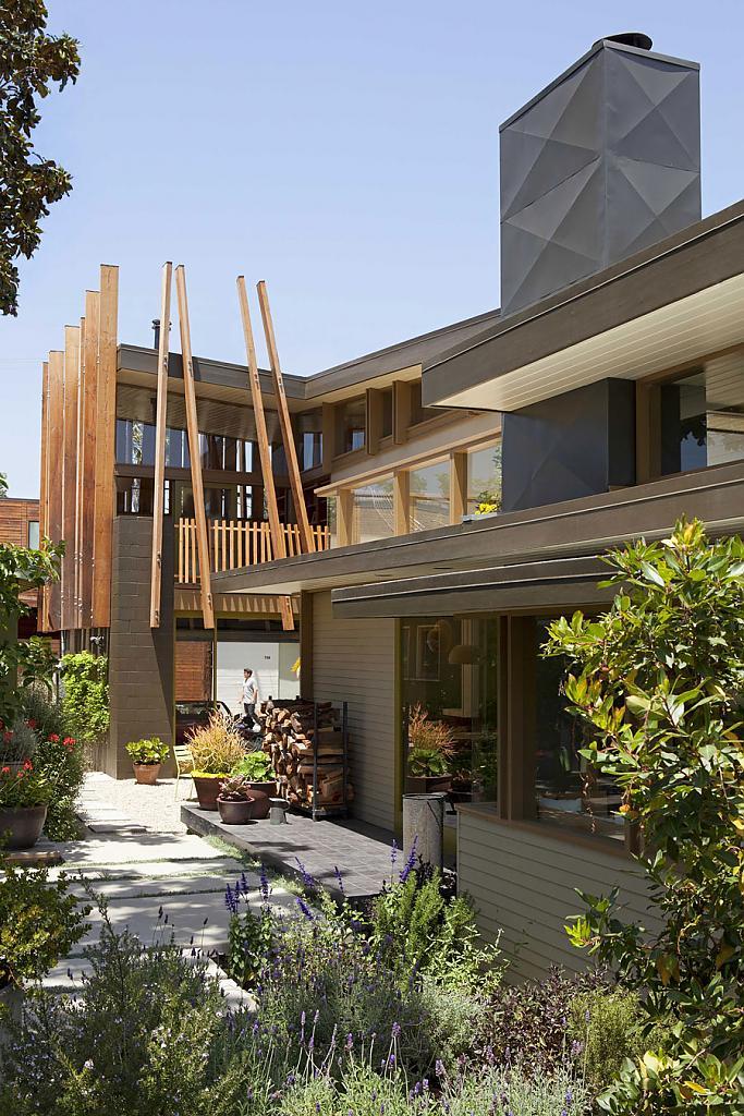 Дом в калифорнийском стиле: гостеприимный коттедж с уютным садом