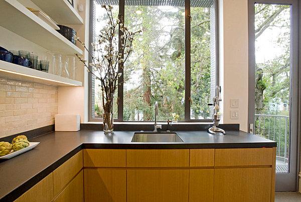 Ламинат из темного дерева в модном кухонном интерьере