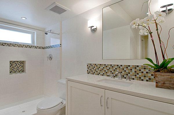 Столешница из искусственного мрамора в пастельной ванной комнате