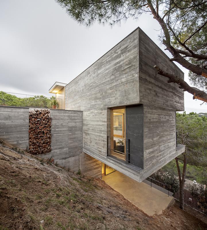 Консольный дом в горах Испании: гармония природы и промышленного стиля