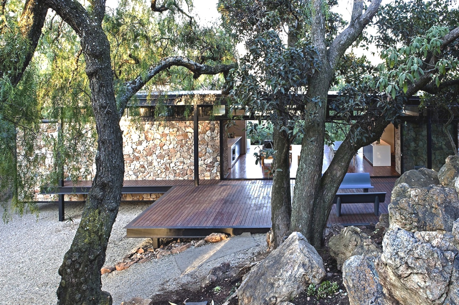 Дом со стеклянными стенами: прозрачный уютный коттедж в лесу