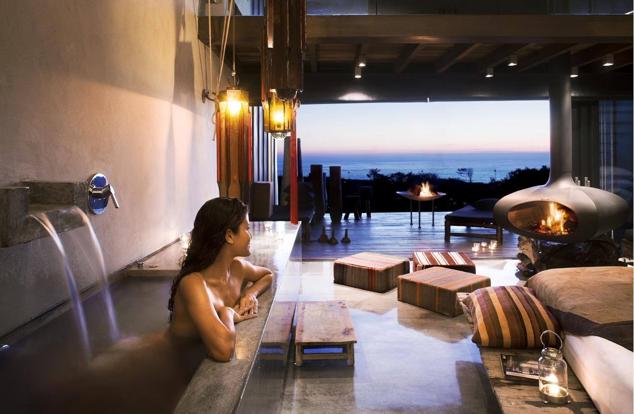 Интерьер виллы с красивым видом из окна комплекса Areias Do Seixo