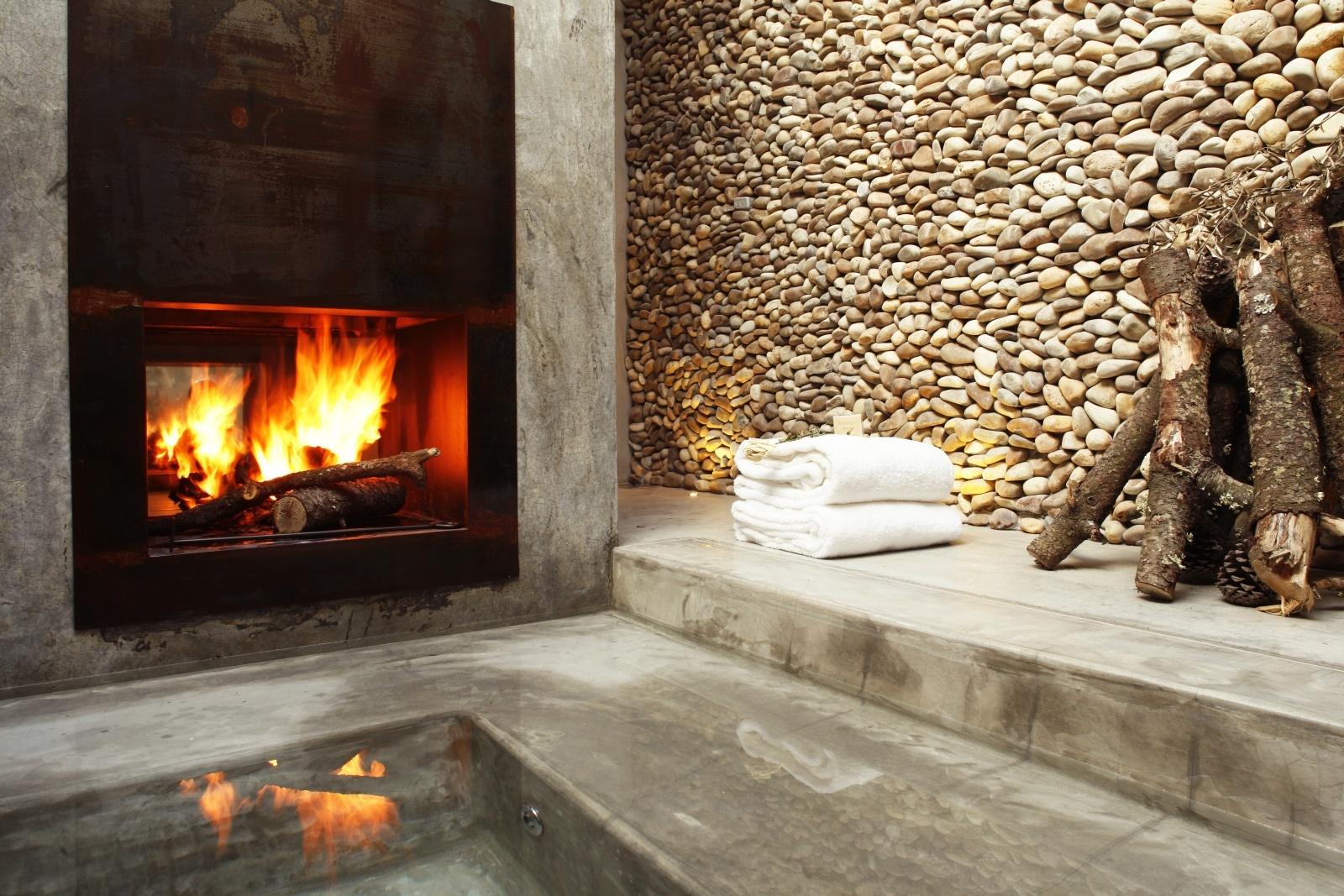 Ванная с камином на вилле комплекса Areias Do Seixo
