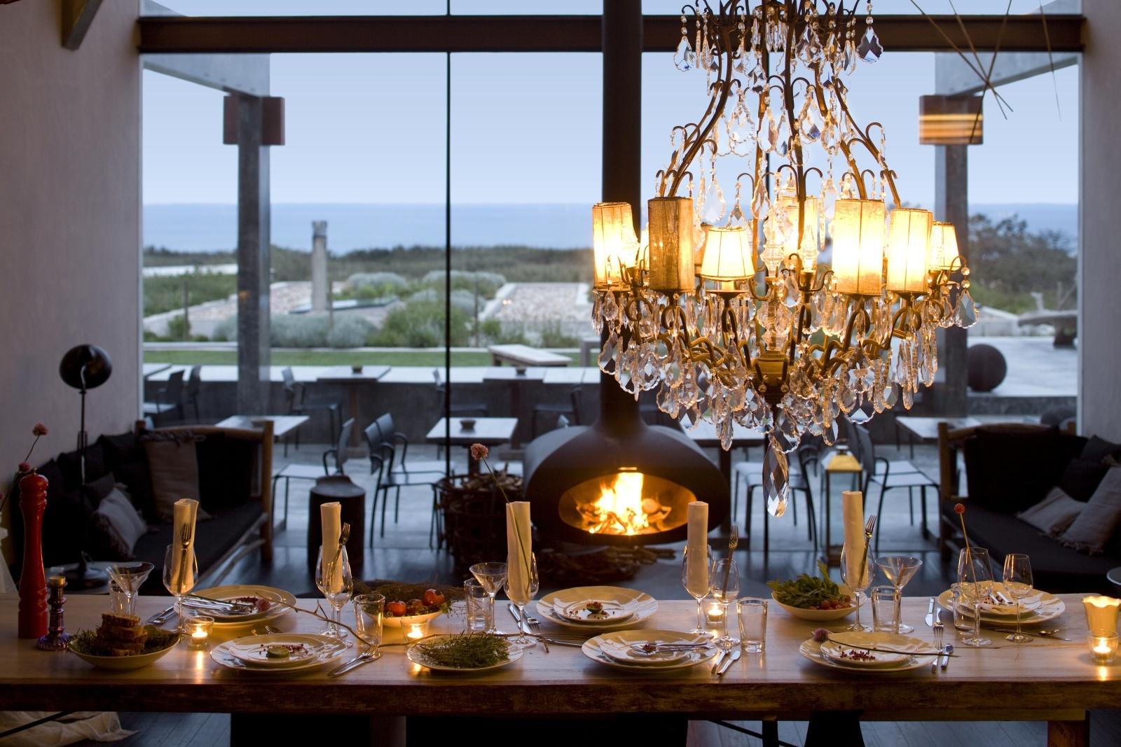 Красиво сервированный стол в ресторане отеля Areias Do Seixo