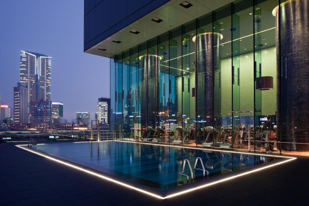 Открытый бассейн в отеле ICON