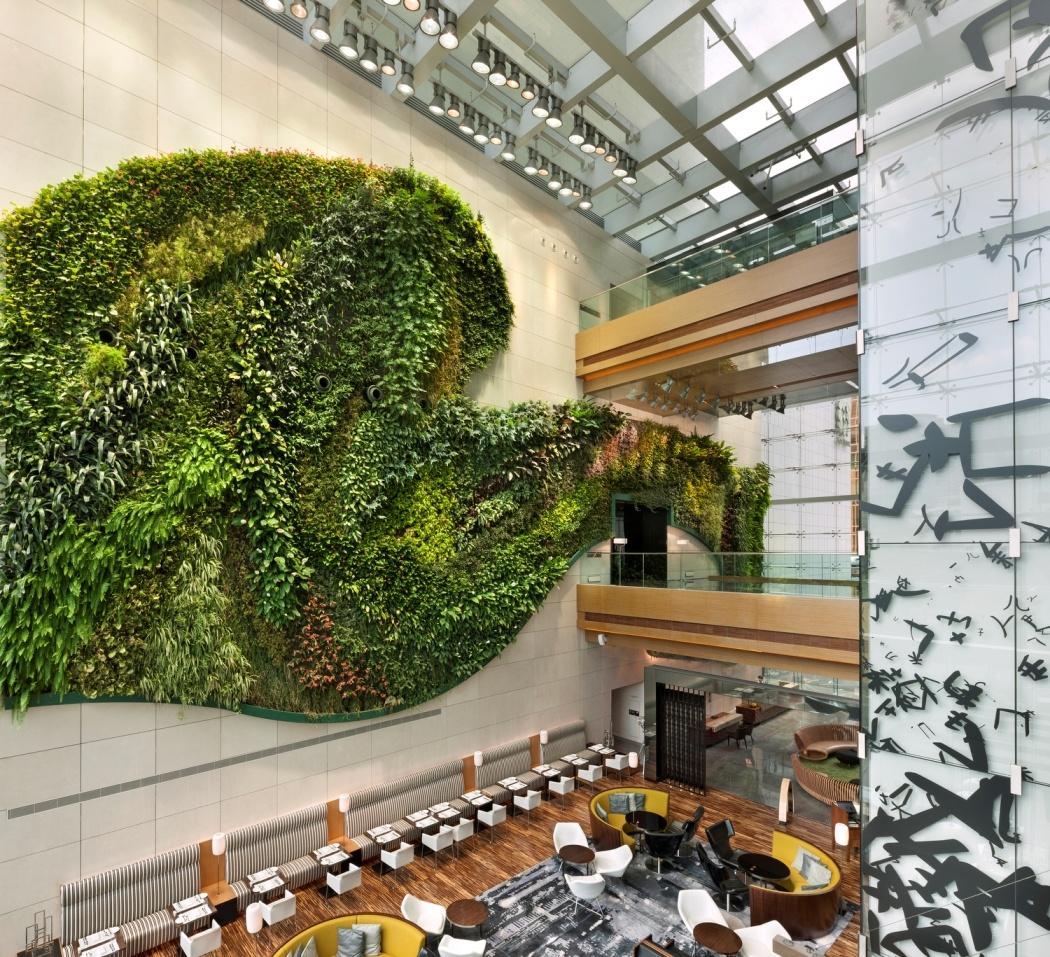 Декор стены зелеными расстениями в отеле ICON