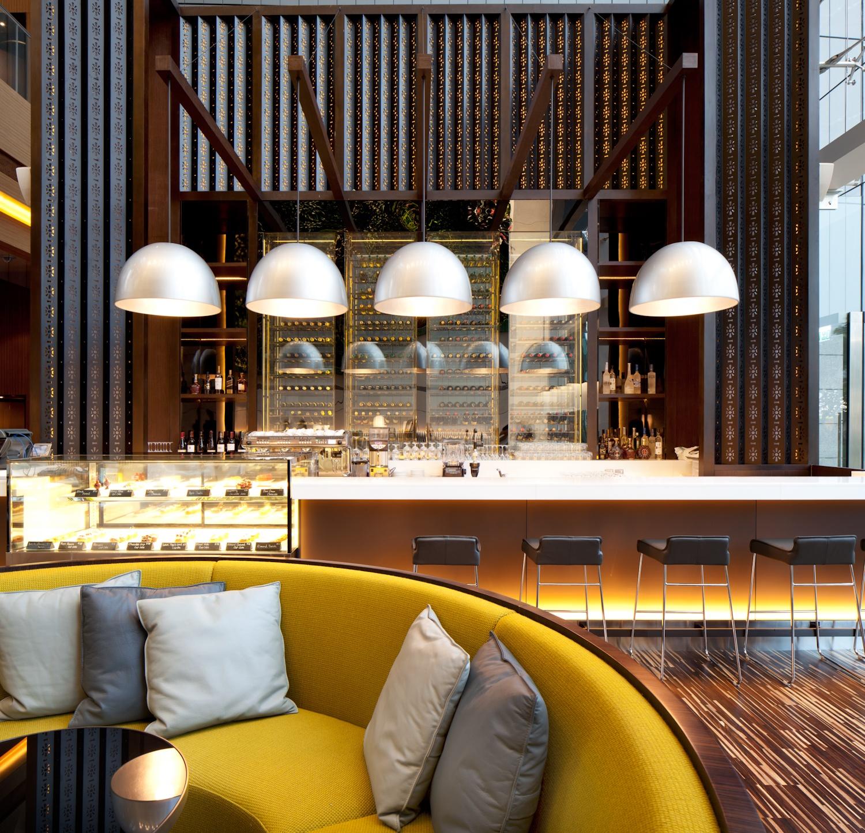 Барная стойка и мягкий диванчик в отеле ICON