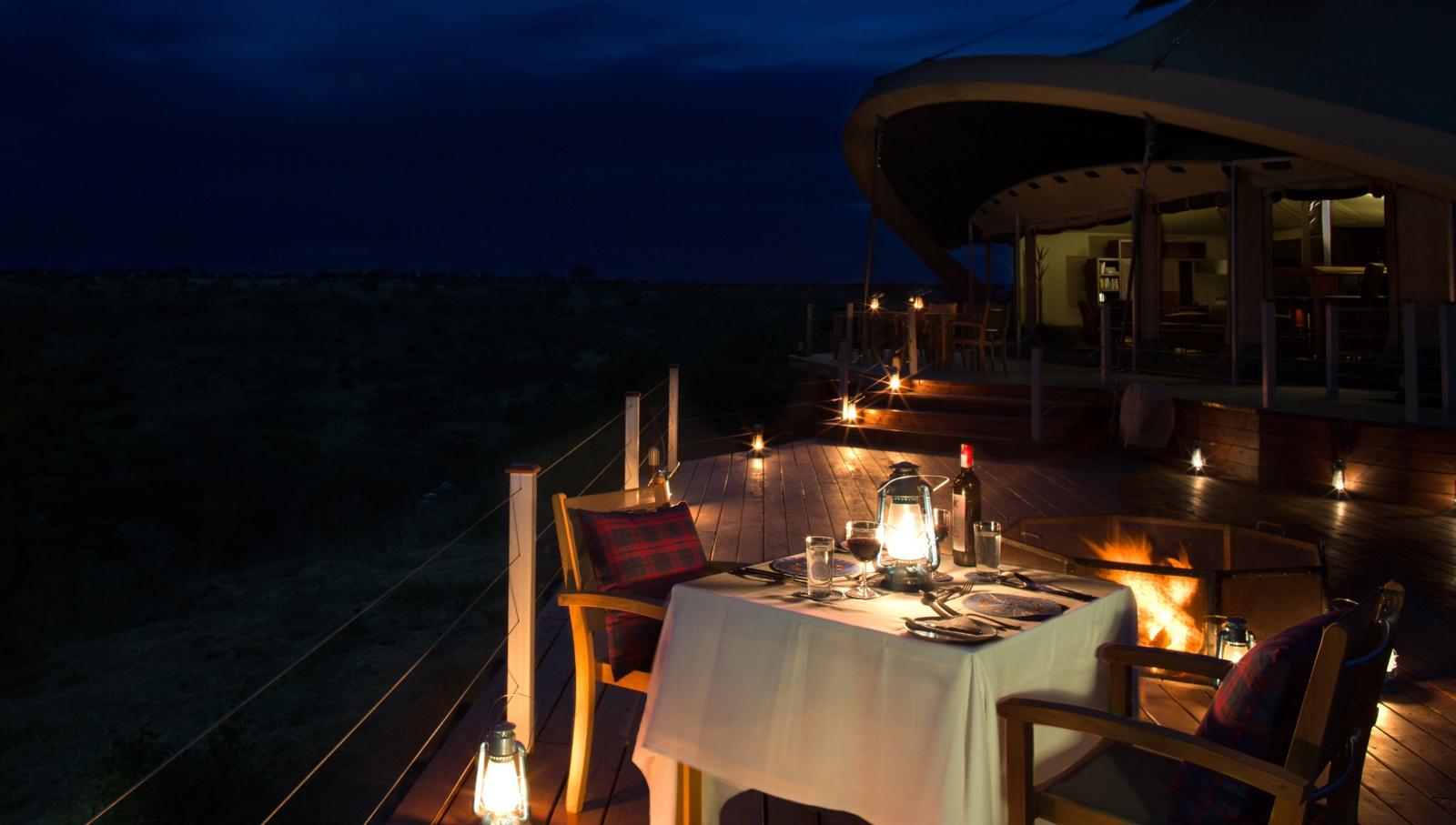 Столик на веранде, сервированный для вечерней трапезы
