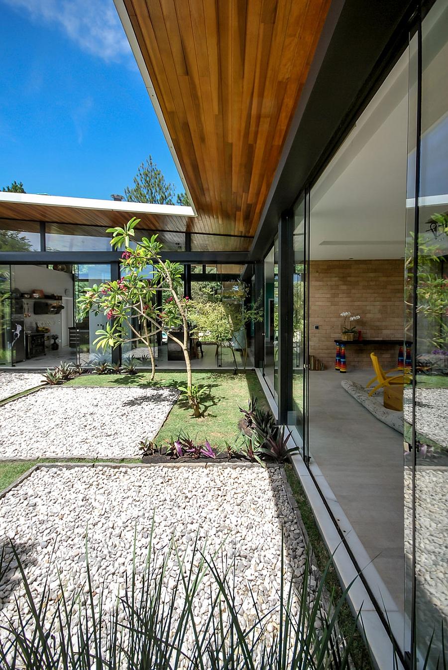 Оригинальный проект городского дома с открытой архитектурой