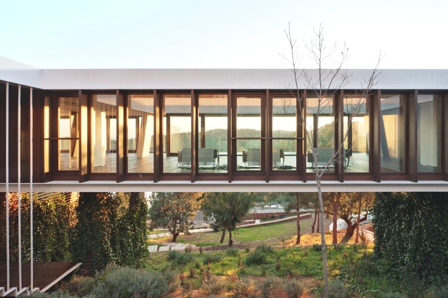 Здания на рельефе сложного характера: удивительный испанский дом
