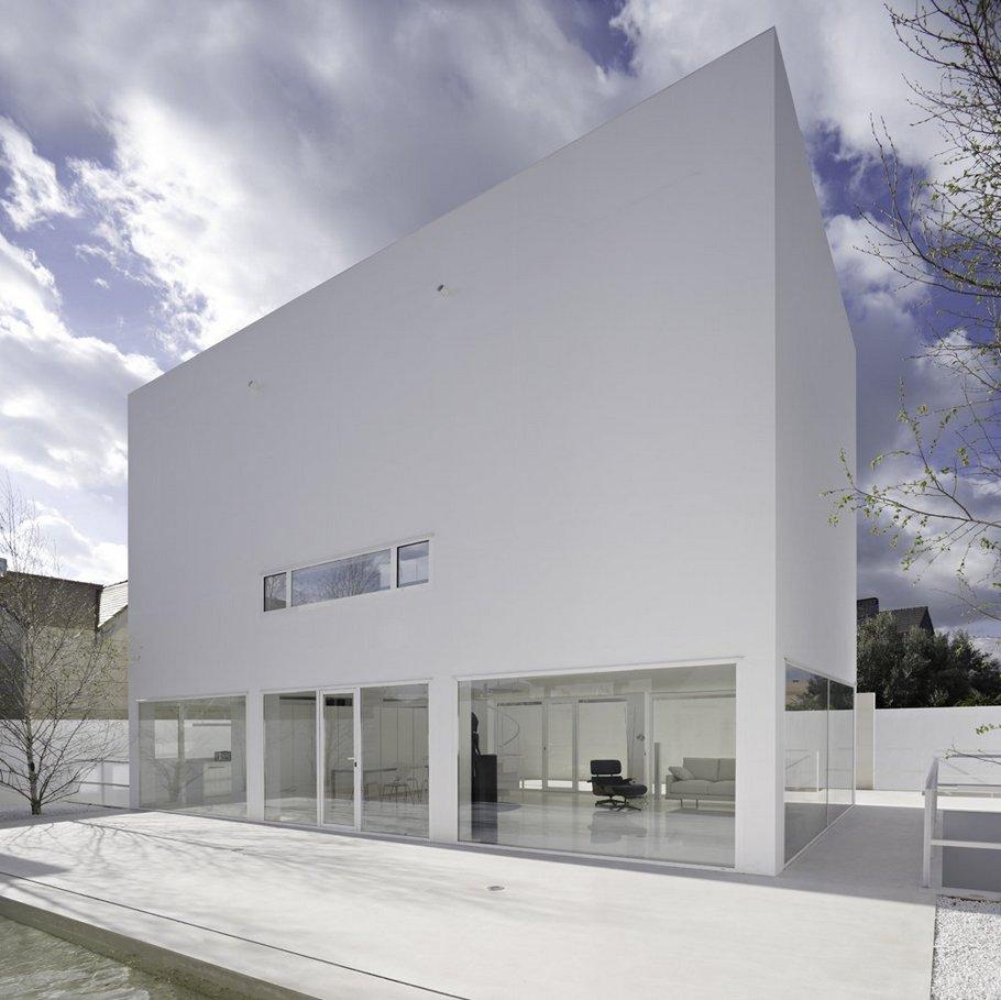 Белый фасад необычного испанского дома Moliner House