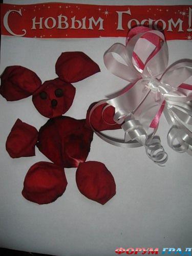 Данная работа выполнена из лепестков роз.