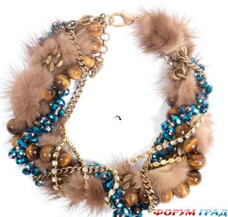 Еще пример мехового украшения.  Это браслет из меха, который дкорирован бусинами и бисером.