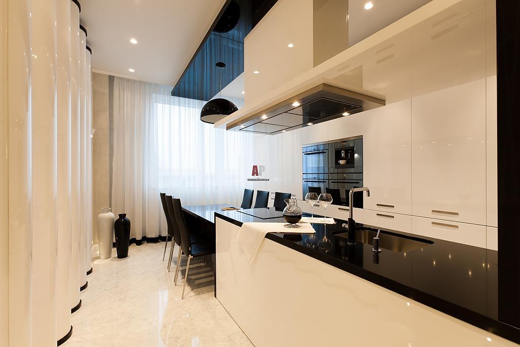 Белая кухня с черной столешницей в интерьере