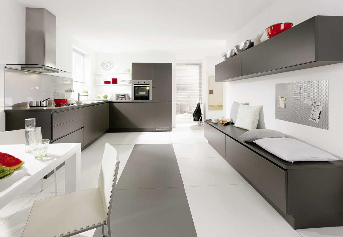 Белая кухня в сером интерьере фото