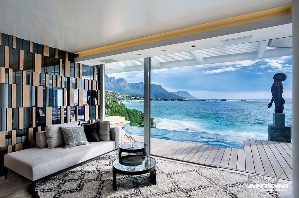 Необычные интерьеры домов: яркая эклектика особняка с видом на океан