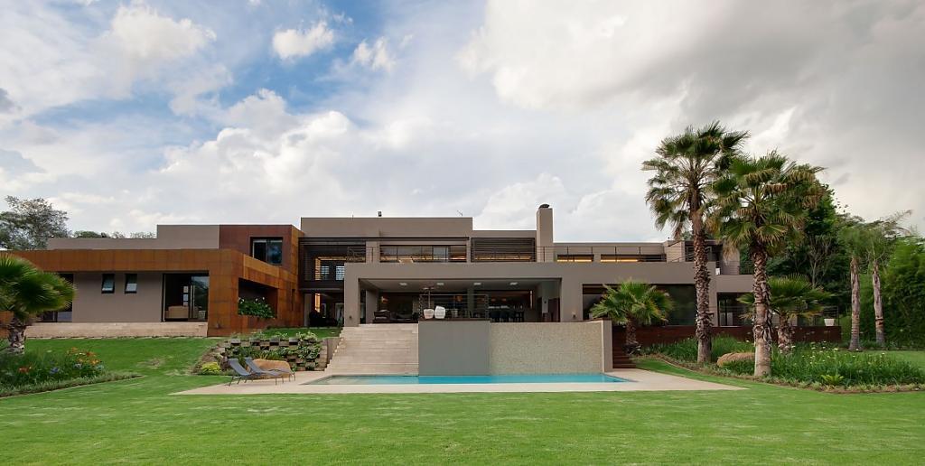 Проекты особняков с бассейном и террасой: впечатляющая роскошь усадьбы Sed