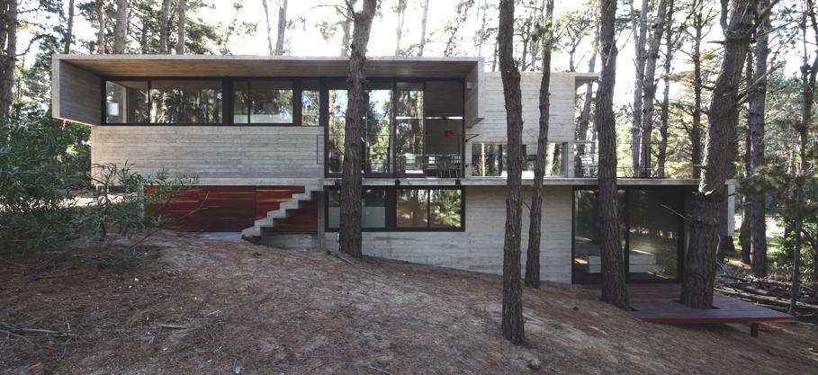 Загородный дом в лесу: оригинальный современный Levels House в Аргентине
