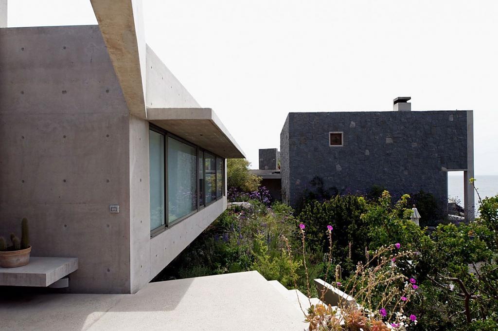Проект дома для большой семьи: роскошный особняк из двух корпусов