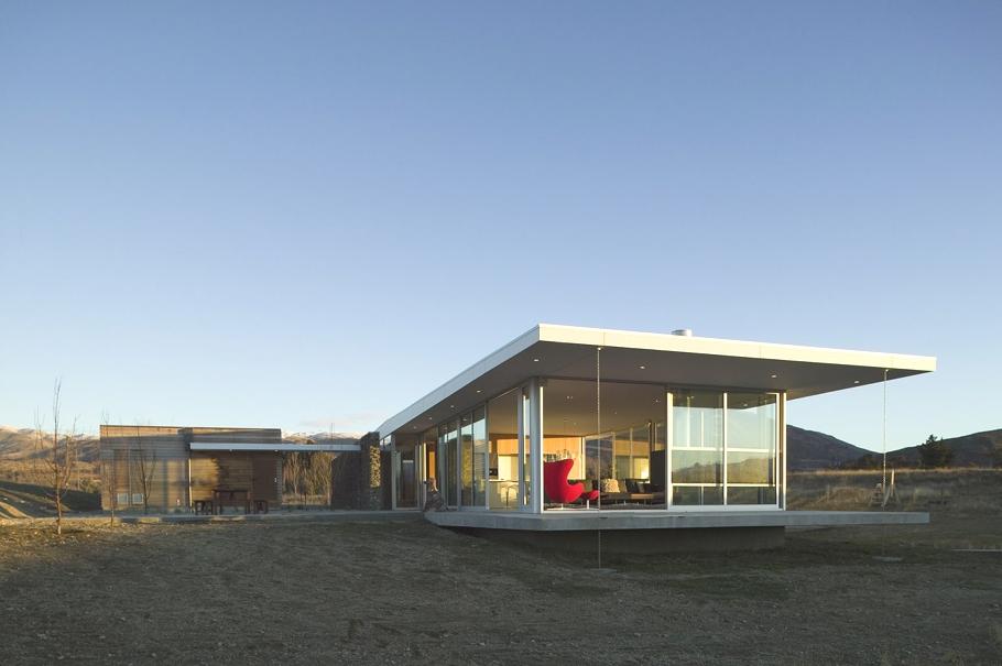 Камень в сетке, вид на горы и уютный интерьер в новозеландском коттедже