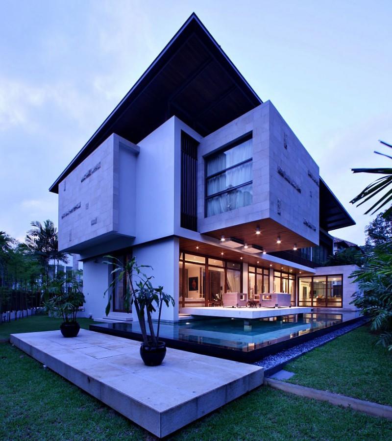 Просторный дом необычной конфигурации в Сингапуре
