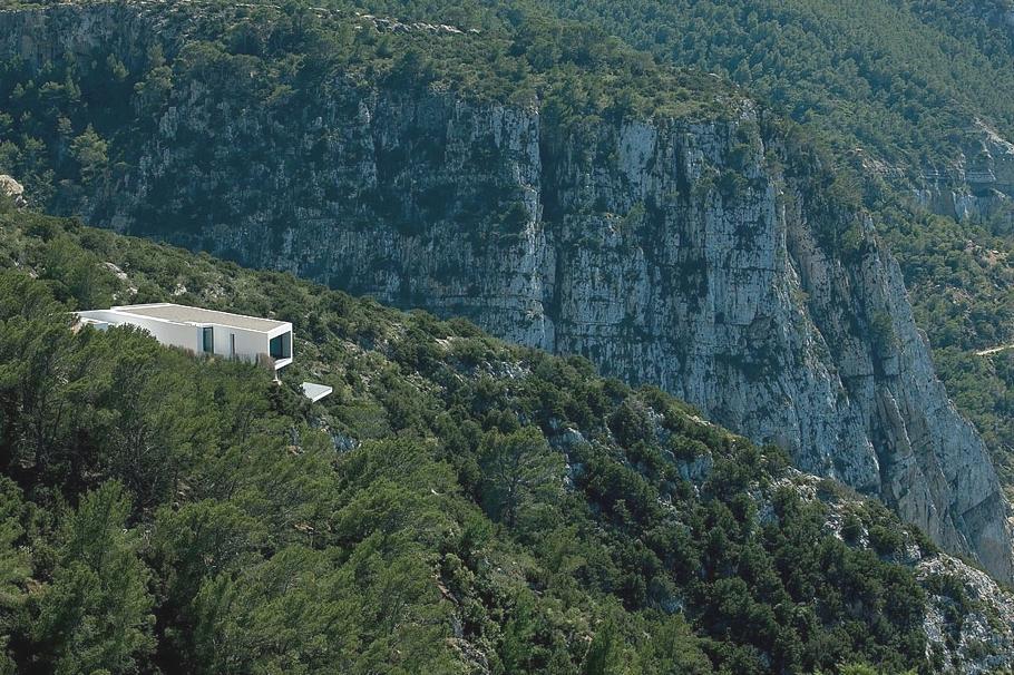 Особняк в Испании на скалах Ибицы с видом на море