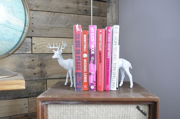 Полочка, удерживающая книги, в виде оленя