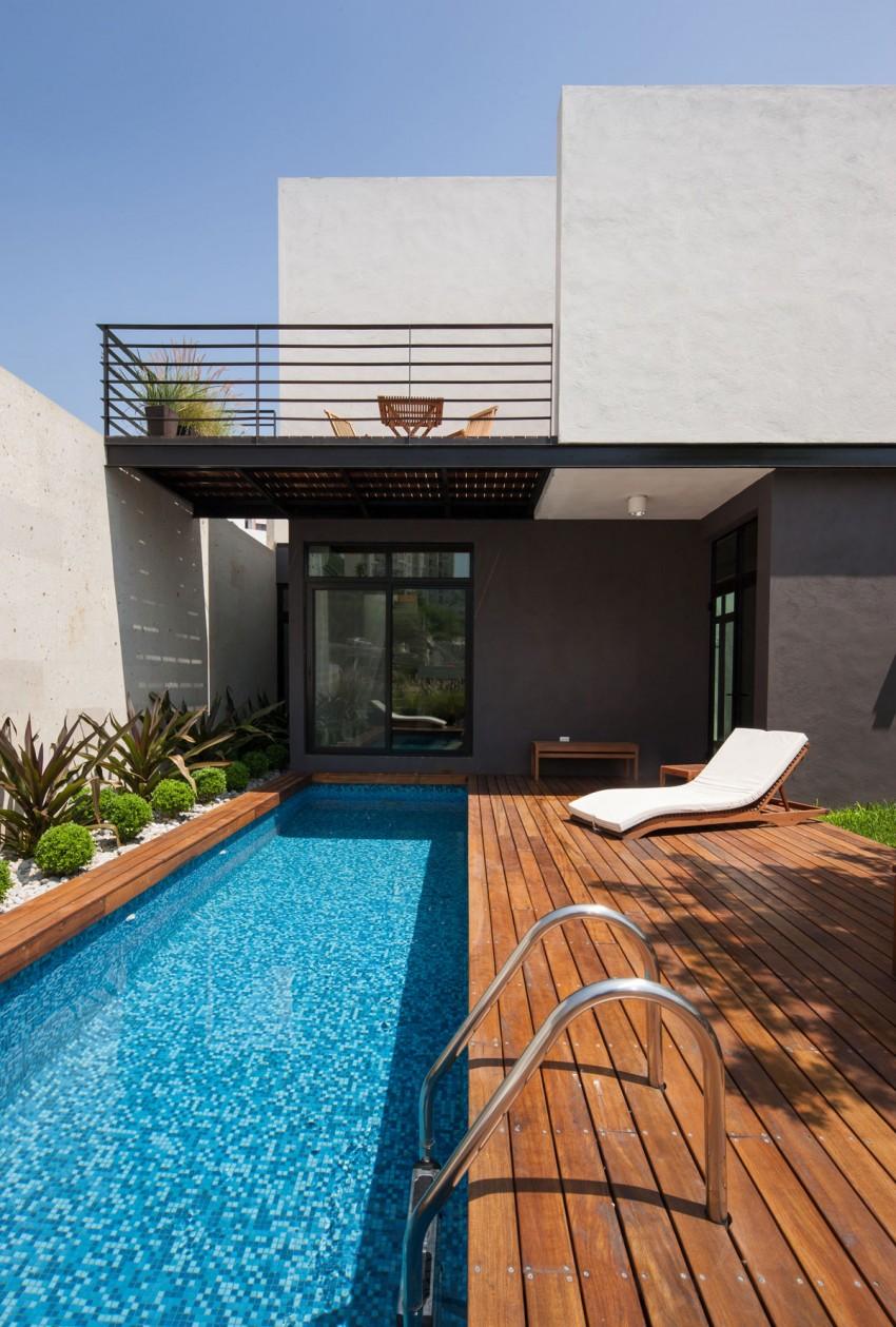 Интерьер частного дома с патио и бассейном в Мексике
