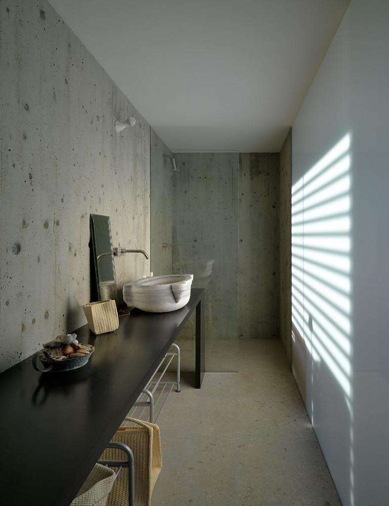 Проект дома: минимализм в интерьере и скрытый в холме первый этаж