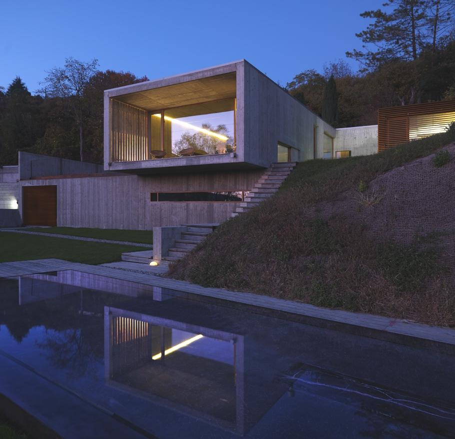 Большой загородный дом с панорамными окнами