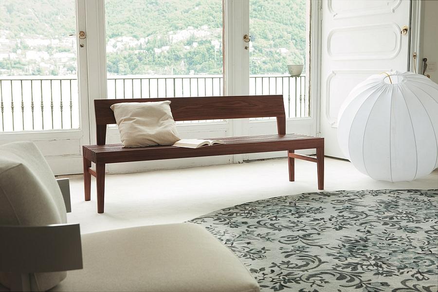 Современная скамья в интерьере гостиной
